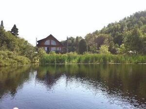 Maison bord de l'eau sur plus de 24 acres de terre