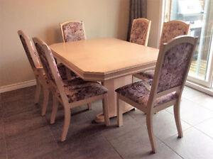 table en bois et 6 chaise (6 a 10 personne )