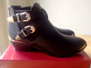 Refresh Ankle Black Boots