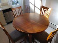 Table de cuisine. chaise. bois franc