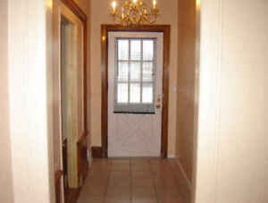 $$1400 - 3  BED APT. ALL INCLUSIVE -near UofW ******