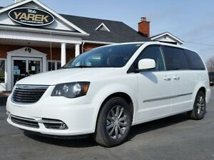 2015 Chrysler Town & Country S, Leather Heated Seats, Nav, Power