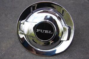Trappe à essence chromée Dodge Challenger.