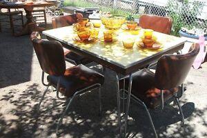 TABLE VINTAGE AVEC 4 CHAISES