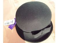 NEW - UNWORN Felt crown hat with side bow