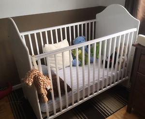 BEAUTIFUL SEARS STORKCRAFT CRIB IN EXCELLENT CONDITION!!