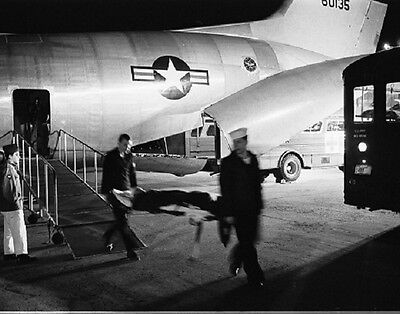 "Wounded Soldier arrives at Andrews Air Force Base 8""x 10"" Vietnam War Photo 165"