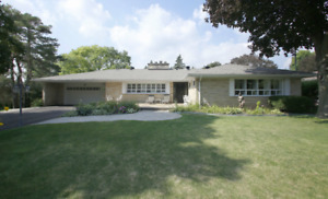 SPACIOUS 4-BEDROOM BUNGALOW WITH LARGE BACKYARD in Richmond Hill