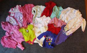 Vêtements de bébé fille 0 à 6 mois.