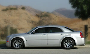 2006 CHRYSLER 300C tHEMI, LOW KMS - LOADED EXECUTIVE DRIVEN