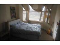 Bright double room in family home in Headington