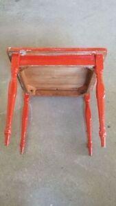 Belle petite table de bois vintage rouge