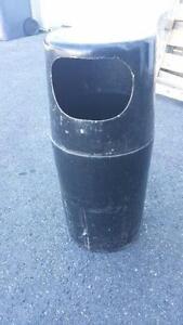 Poubelle noir usagée en fibre de verre dimension 36 haut X 16 de diametre