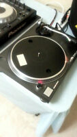 2 Technics SL-1210 MK2 Quartz Direct Drive Turntables