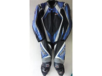 BRAND NEW RST PRO SERIES IPS ONE PIECE MOTORCYCLE MOTORBIKE LEATHER RACE SUIT HUMP BACK 42 RRP £899