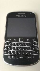 Black blackberry 9900 (good condition)