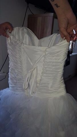 wedding dress at a bargin pricein Barry, Vale of GlamorganGumtree - wedding dress for sale, size 10 on the dress, but will go down to a size 8 and up to a size 16, only had the dress on for 20 mins, dress cost over a £1000 pounds, looking for £400, ono pics dont do the dress justice, the dress is boned so will hold...