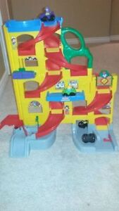 Car toy playset with cars. Like new London Ontario image 1