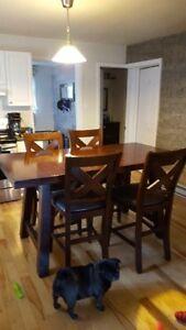 Table de cuisine avec chaise. Très solide