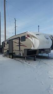 30' Fifth Wheel with 3 slides. Light Weight! 1/2 Ton Towable.
