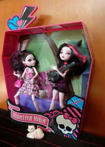 Monsters High  maison cimetière 2 poupées Dracula 10 mcx / 25$