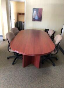 Table de conférence et huit chaises ergonomiques