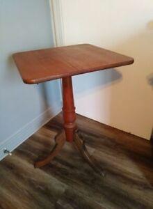 2 BELLES TABLE ANTIQUE ET AUTRES..BROCANTE FLEUR DE LYS