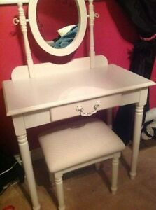 Make-Up Table Vanity with Mirror/Stool