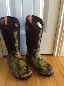Ladies bogs size 9