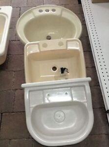 Toilettes, lavabos, réservoirs d'eau, bains, base de douche