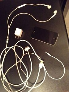 IPhone 4S (Black) with EarPods Headphones and Charger Usb