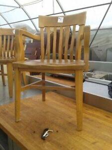 Chaise en bois franc antique (228)