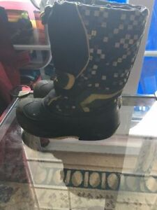 Kamik boy's now boots size 1. AVAILABLE
