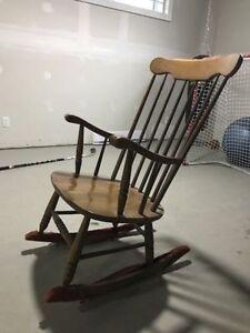 Chaise bercante en bois antique