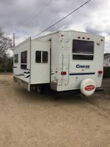 2004 Cougar by Keystone Fifth Wheel Camper with hitch