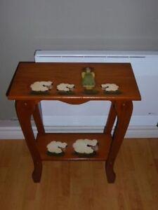 Table d'appoint idéale pour chambre de bébé ou d'enfant.