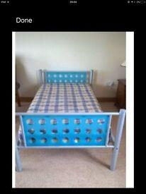 Single sturdy metal frame bed Blue detail