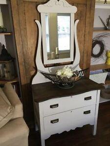 Vintage 2 drawer dresser/mirror