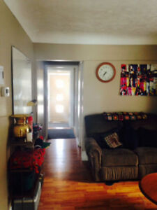 **2 ROOMS AVAILABLE- WARM COZY HOME- 5MIN WALK TO MAC**