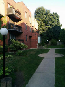 Bright Spacious 4 1/2 Downtown Centre Ville with Indoor Parking