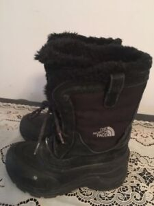 The north Face girl's winter boots size 2. AVAILABLE