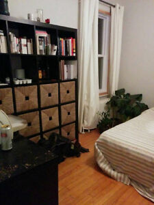 1 Chambre disponible / 1 Room available in a 7 ½ / Le Plateau