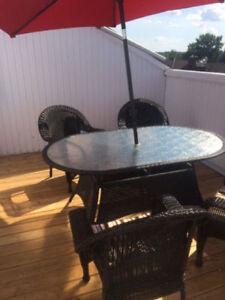 Magnifique table je jardin avec 4 chaises Osier Véritable