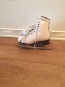 Girl's ice skates size 4/5. AVAILABLE