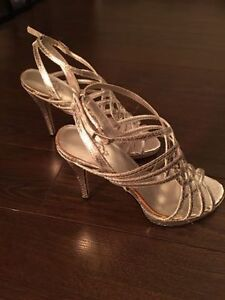 SILVER SANDALS (SIZE 7)