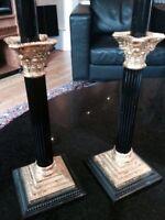Ensemble de deux chandeliers en métal.