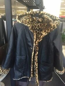 ADORABLE LEATHER COAT REVERSIBLE EXCELLENT CONDITION Kingston Kingston Area image 3