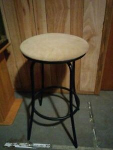 Tall bar stool in excellent condition
