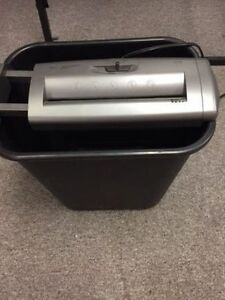 Paper shredder for sale! 6 sheets, auto function, reverse!
