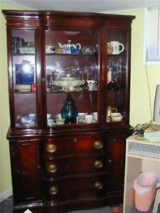 ANTIQUE MAHOGANY CHINA CABINET FROM THE 1930s